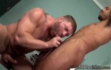 Buff dude gets ass plowed