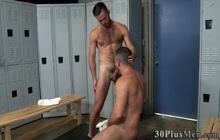 Muscled dude blows studs dick